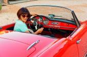 Augusztus 27, 2018 Montagnana Val di Pesa, Olaszország: Lány vezetői Retro autó átváltható 1961 Alfa Romeo óda kiadás