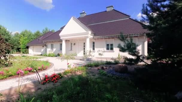 Varšava, Polsko 1 srpna 2018: nádherný dům v malebné lokalitě nedaleko Varšavy.