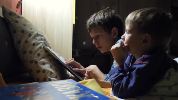 děti číst knihu v posteli v noci