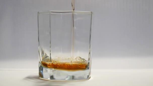 likőr whisky brandy öntenek a pohárba.