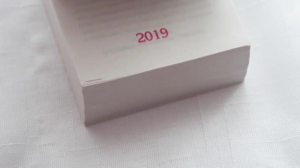 Překlopit kalendář 365 dní a stránky.