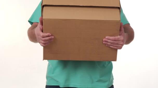 muž drží ve svých rukou velkou krabici na bílém pozadí.