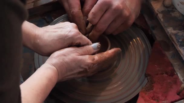 Meisterkurs in Töpfern. Töpferscheibe und Hände