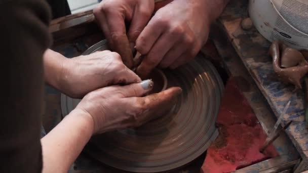 Hlavní třída v hrnčířství. hrnčířský kruh a ruce