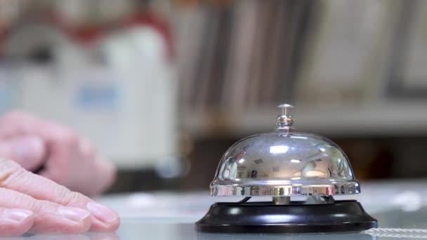 ein Anruf an der Rezeption für Kunden