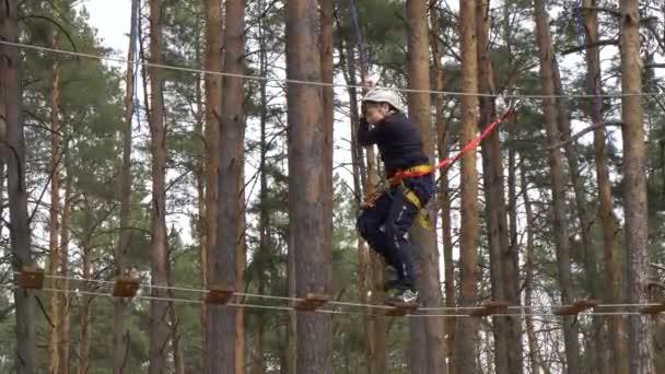 Gomel, Belorusszia-április 21, 2019: Líceum a minisztérium vészhelyzetek. Kötél város akadálypályán a fák képzési kadéasok