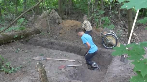 děti kopání lopaty příkop do země