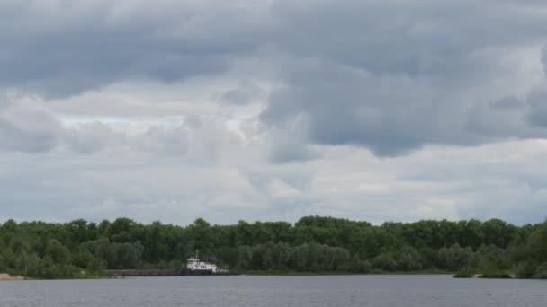 Schlepper ziehen einen Lastkahn den Fluss entlang