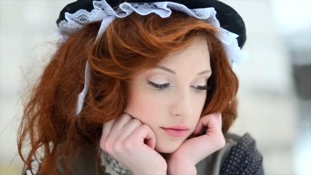 Portréja egy vörös hajú lány egy etnikai jelmez. Hamupipőke