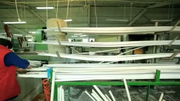 Řádek výroby plastových oken. pracovní stroj na výrobu plastových oken