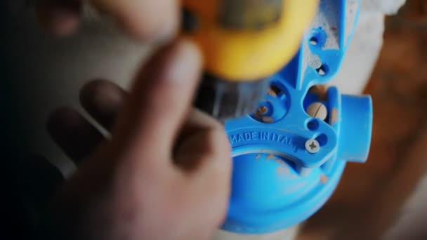pracovník nainstaluje baňky pro čištění vody filtr v systému vytápění. detail