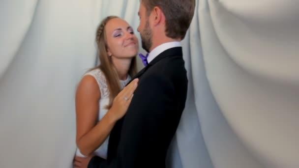 Šťastní novomanželé na jejich svatební den na bílém pozadí
