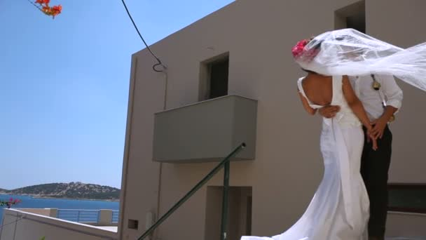 Gyönyörű menyasszony és a vőlegény gyengéden ölelés. Esküvő napján.
