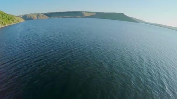 široká řeka s hornaté ostrovy z pohledu ptačí perspektivy. Dněstr, Ukrajina, zelené kopce a bzučení řeka