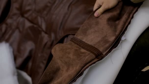 Strange Building A Sofa In A Furniture Factory Master Chops The Sofa With Leather Camellatalisay Diy Chair Ideas Camellatalisaycom