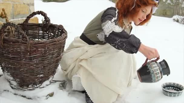 Etnikai ruhát gyönyörű vörös hajú lány záporok tej részére egy kutya-ban egy csészealj