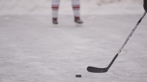 muži hrají hokej na hokeji. Zimní sport. Zimní hry, zábava, sníh. části těla