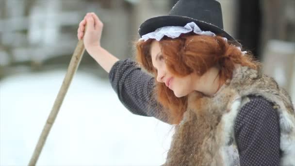 Egy gyönyörű lány, egy mesés ruha egy seprűvel ül egy régi fából készült ház. Hamupipőke