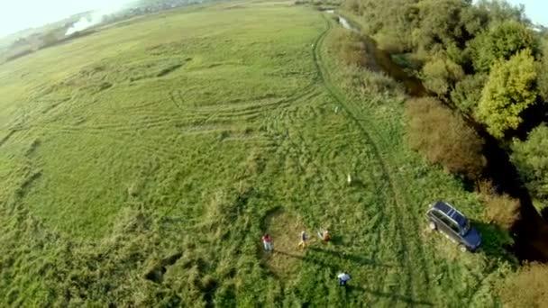 glücklich aktiven Spaziergang mit Hunden außerhalb der Stadt. Luftbild