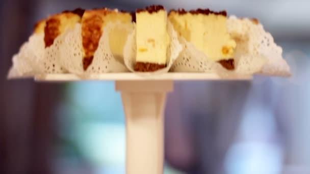 Chutné a lahodné dorty a dezert na slavnostním stole.