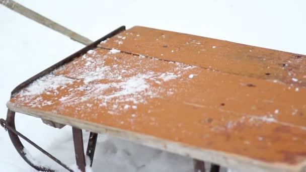 Alte Schlitten stehen an einem Wintertag im Schnee.