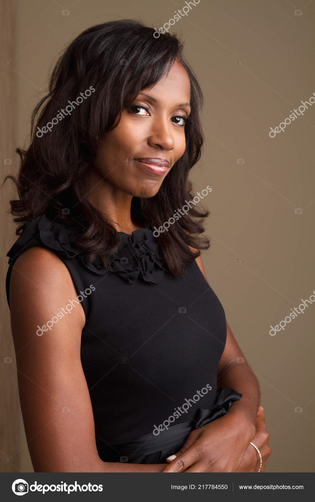 Fashionable beautiful African American mature woman smiling. — Stock Photo