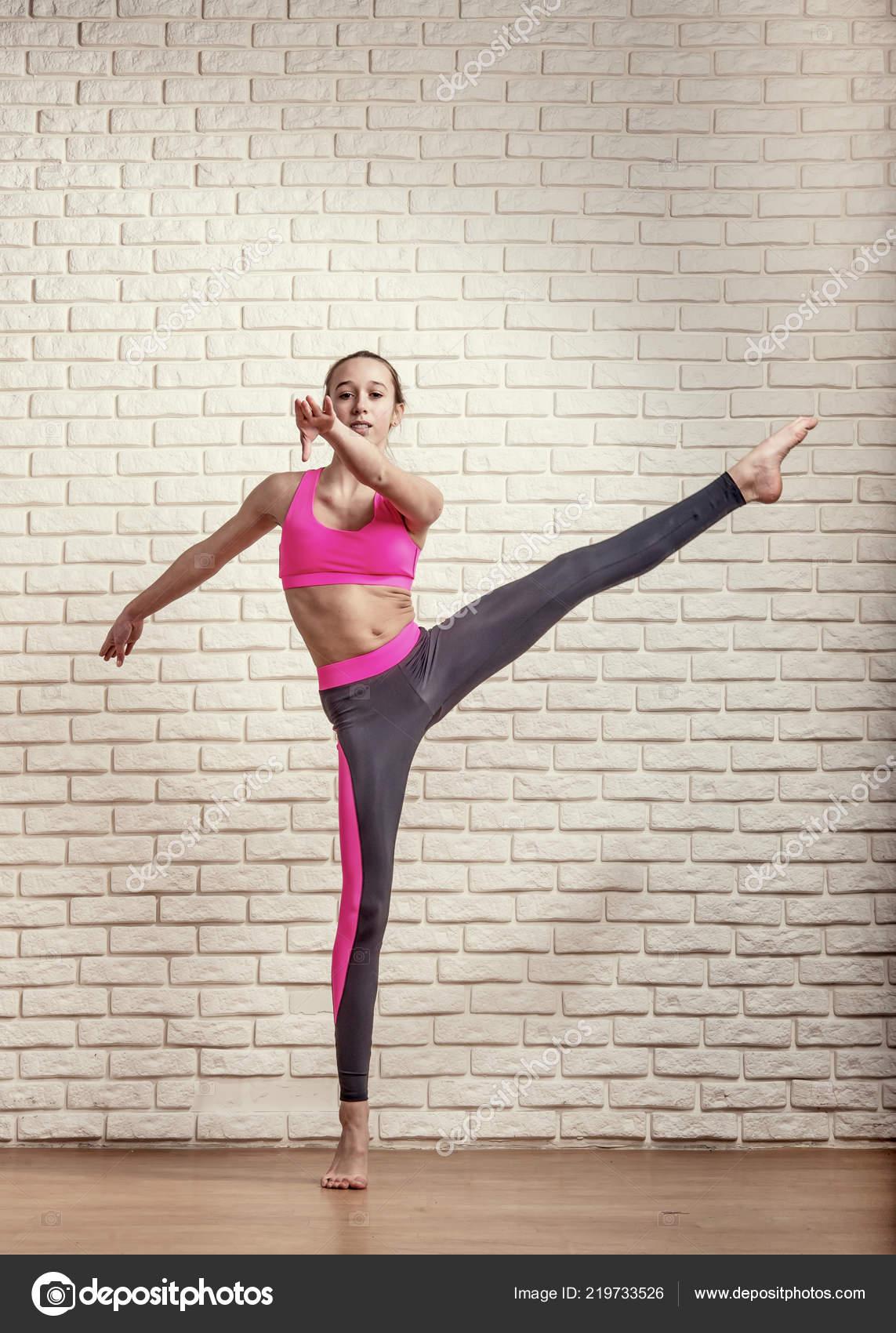 4fcab193e1f Αθλητικό Κορίτσι Έφηβος Acrobat Εκτελεί Πόδια Υψηλή Ταλάντευση– εικόνα  αρχείου