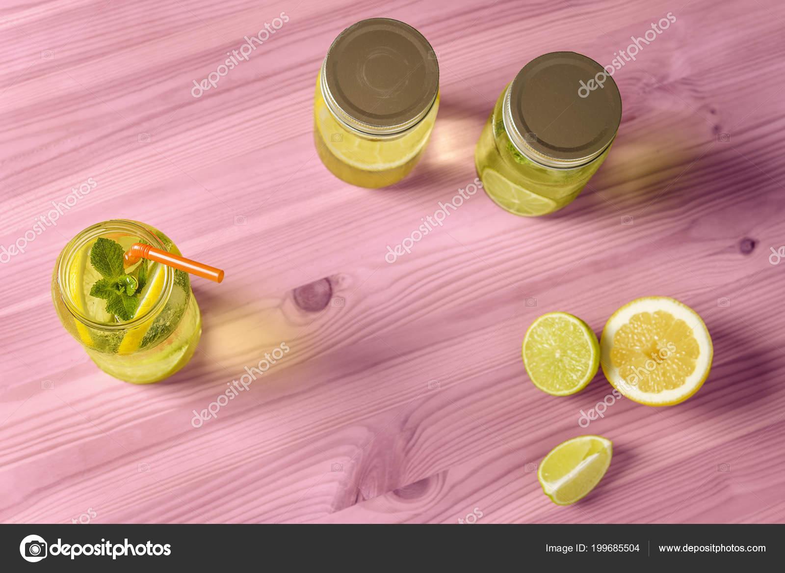 364f6642fe3 Plochou píseň o Hildebrandovi limonáda s mátou a Cane pít do zavařovačky  osvětlena slunečním světlem