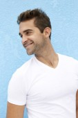 Photo Happy guy looking away in white t-shirt