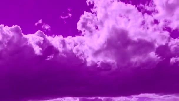 Bolyhos felhők mozognak az ibolyaszín égen