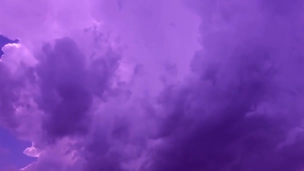 Chlupaté mraky se pohybují po obloze