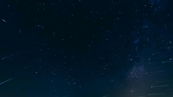 Faszinierender kosmischer Blick auf dunklen Himmelshintergrund