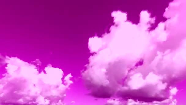 Chlupaté mraky se pohybují fialovou oblohou