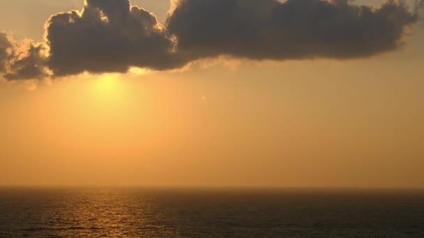 Malebné oranžové slunce nebe pozadí, malebné oranžové sunrise, relaxační krajina s širokým obzorem oblohy a moře. Full Hd. rozlišení 1080p.