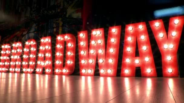brodway - Leuchtreklame, Wegweiser zum berühmten Theaterviertel,