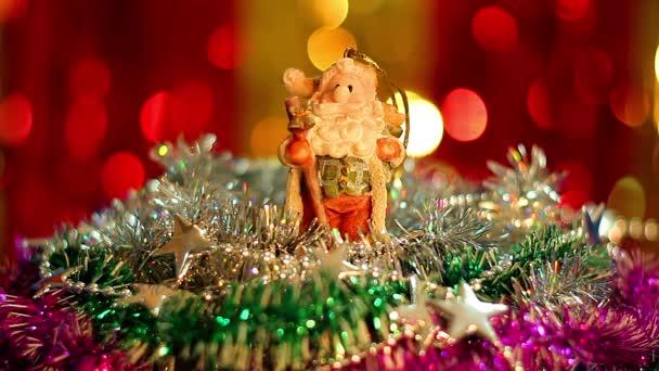 Vánoční hračka, hračka gnome sezení Gnome na vánoční pozadí, hračku Christmas elf gnome ozdoby skrývají v umělé větve