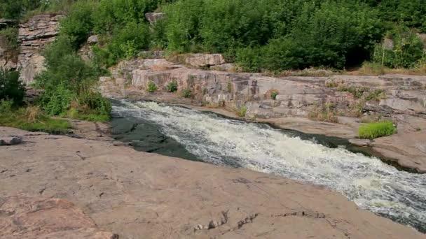 řeka v kámen, horská řeka peřeje, horská řeka