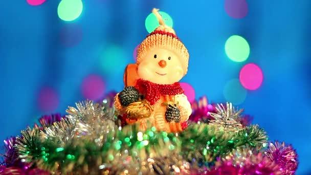 Vánoční hračka, sněhulák hračka na modrém pozadí, puding, zimní vánoční dovolená pozadí
