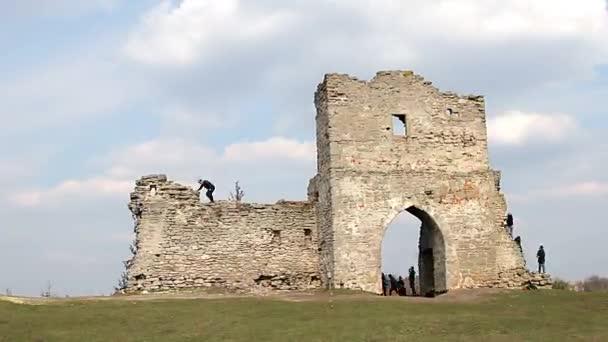 az emberek az erőd romjait idő telik el, a kapu, a régi vár romjai, a idő telik el a gyerekek a vár romjai, a középkori erődítmény romjai