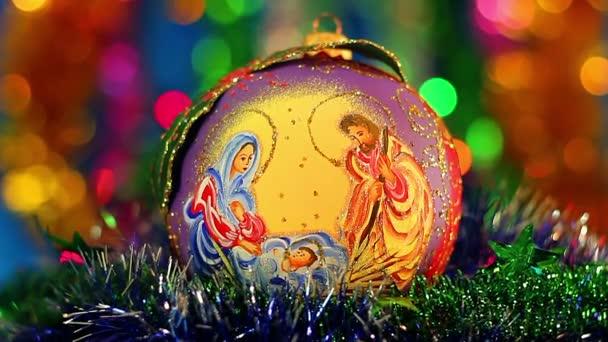 Vánoční koule s náboženskou postavu, vánoční koule s mašlí na pozadí abstraktní, betlém s ručně kolorované obrázky, vánoční a novoroční výzdoba