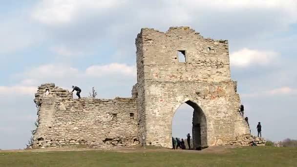 lidé na ruiny pevnosti, brána v ruiny staré pevnosti, děti na ruiny pevnosti, lidé na ruiny středověké tvrze