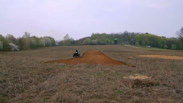 Aratro agricolo campo pronto per la semina, vecchio trattore che ara campo