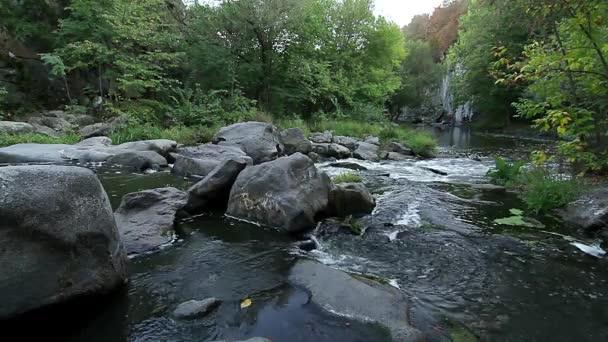 Horský vodopád potok, řeka v rock, horská řeka, horská řeka peřeje