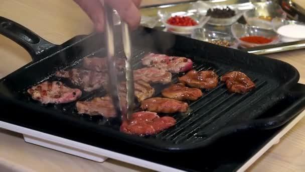 Vaření masa s kořením, šéfkuchař připravuje a kořenící maso, profesionální kuchař vaření, pracovní a příprava masa kuchyni restaurace, muž v práci jako kuchař