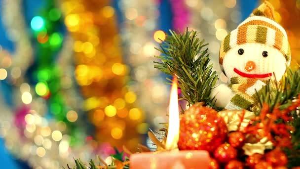 karácsonyi játék, hóember játék a kék háttér, a boldog hóember, a téli karácsonyi ünnep háttere