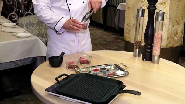 Šéfkuchař připravuje a kořenící maso, profesionální kuchař, vaření, pracovní a příprava masa restaurace kuchyně, muž v práci jako kuchař