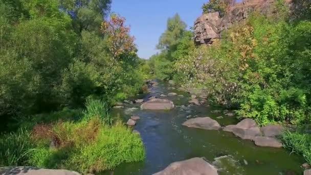 horská řeka v kaňonu, létání nad buky canyon v podzimní, velké kameny v řece podzimní, vodopád v podzimních barvách s velkými kameny