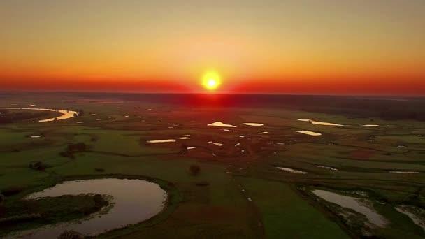 Letecký pohled na východ slunce nad povodeň louky, letecký pohled na východ slunce nad řekou, letecký pohled na východ slunce nad jezery, slunce nad mystických jezer za úsvitu s mlhou, letecký pohled na řeku za úsvitu, létat nad ranní mlha na řece, východ slunce na jezeře, su