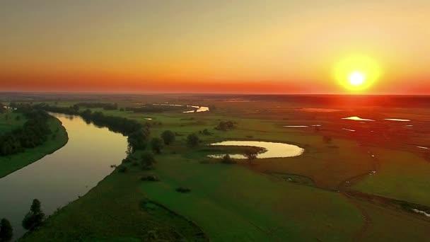 Letecký pohled na řeku za úsvitu, létat nad ranní mlha na řece, velmi vysoko, výhled na řeku za úsvitu, letecký pohled na mystické řeky za úsvitu s mlhu, slunce nad řekou letecké