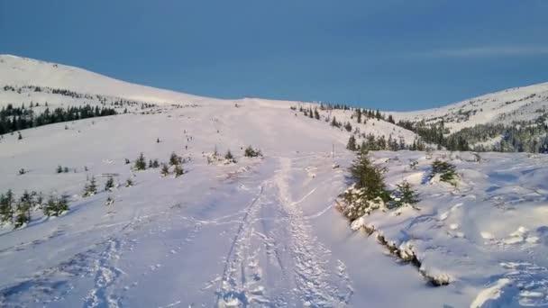 Repülés alatt a gyalogút, a téli hegyekben, a légi felvétel a gyalogút a téli hegyek, a téli táj, a légi felvétel a reggel, a téli hegyekben